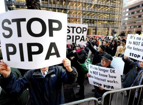 18 Ocak - ABD'de SOPA olarak bilinen ve kongre üyeleri telif ihlallerini önlemek için sert bir yasa çıkarmak istediler. Yoğun eleştiri ve protestolarla bir sonraki girişimlere kaldı.
