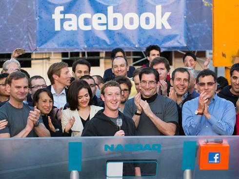 19 Mayıs'ta dünyanın en büyük sosyal paylaşım sitesi Facebook, beklenen halka arzını Nasdaq Borsası'nda gerçekleştirdi. Facebook kurucusu Mark Zuckerberg, takım elbiseli Wall Street çalışanlarının arasında, Facebook armalı kapişonlu sweat-shirt'üyle girdi ve açılış gongunu çaldı.