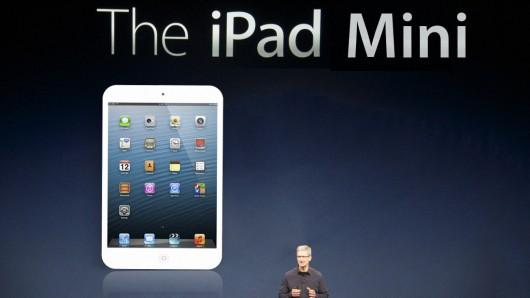 """24 Ekim - Apple mini iPad'i tanıttı ve 4. nesil iPad'i duyurdu. Apple'ın Kaliforniya eyaletinin San Jose kentinde düzenlenen lansmanında söz alan pazarlama şefi Phil Schiller, """"Bu iPad'in küçültülmüş hali değil, tamamen yeni bir tasarım"""" dedi ve Steve Jobs yaşasaydı ne olurdu sorusu kafalara kazıdı. Arkasında ve önünde olmak üzere 2 kameraya sahip iPad Mini'nin ağırlığı, ekranı 24,6 santimetre olan tam büyüklükteki iPad'in sadece yarısı kadar."""