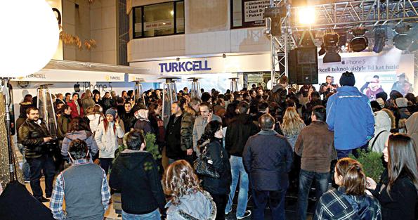"""14 Aralık - iPhone 5 Türkiye'da satışa sunuldu. Herkes mutlu mesud oldu, rahatladı, kendine geldi. Ellerine alarak """"Buu kaaaaççç? Ayfonnn beşşş miii?"""" sorularını gururla karşıladı."""